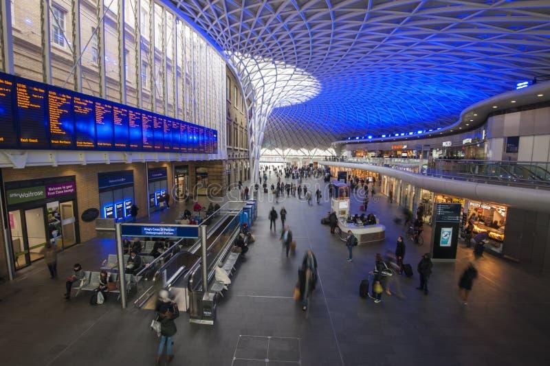 Station London-Könige Cross mit Pendlern lizenzfreie stockfotografie