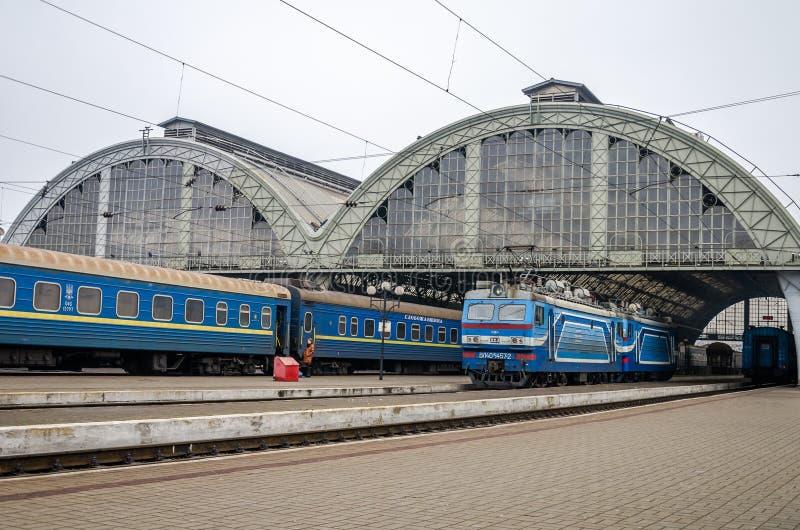 Station in Lviv wat passagierstreinen en vervoer zijn stock foto