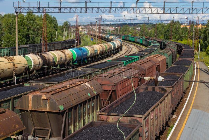 Station met bevindend goederentreinen en platform stock afbeelding