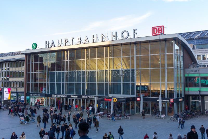 Station principale de Hauptbahnhof à Cologne, Allemagne image stock