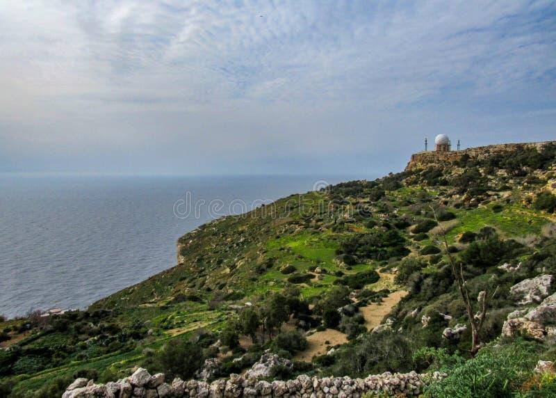 Station radar et falaises de Dingli et vues majestueuses de la mer Méditerranée et de la campagne luxuriante, Malte photo libre de droits