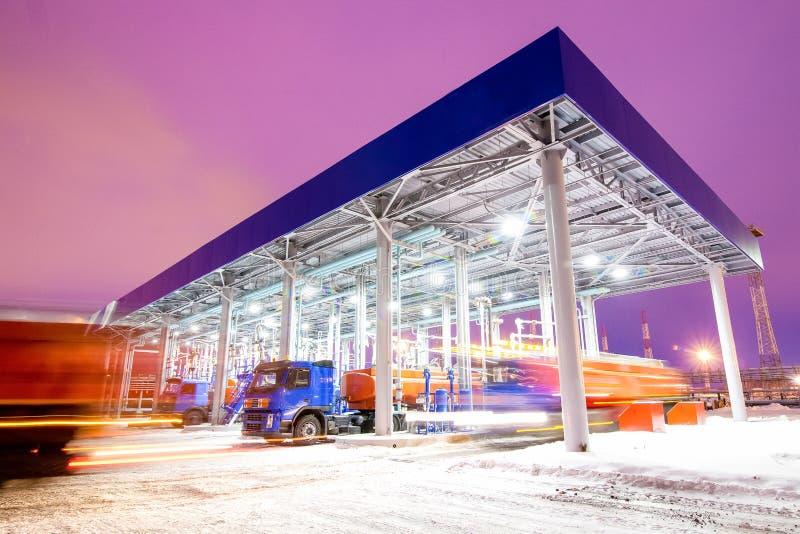 Station service à la nuit d'usine de raffinerie de pétrole image libre de droits