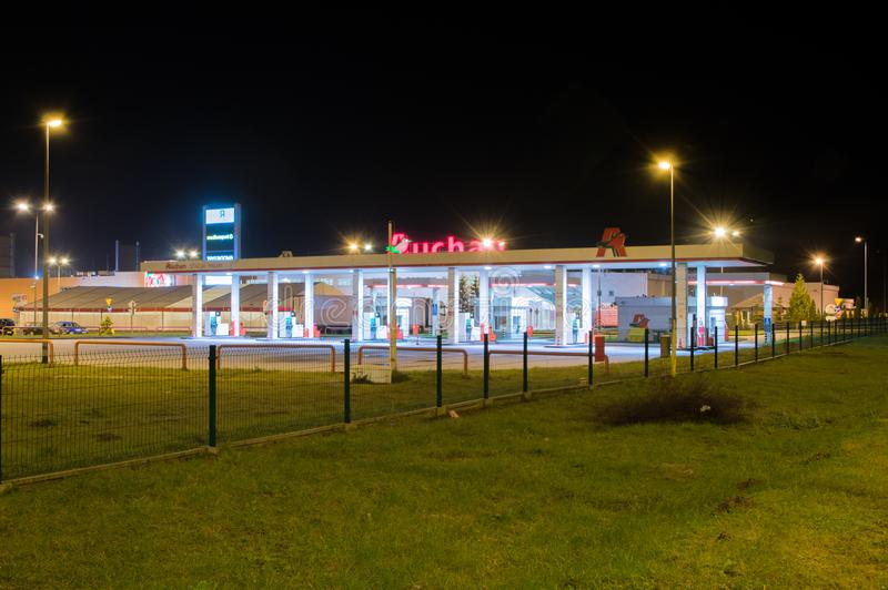 Station service d'essence d'Auchan la nuit photo stock