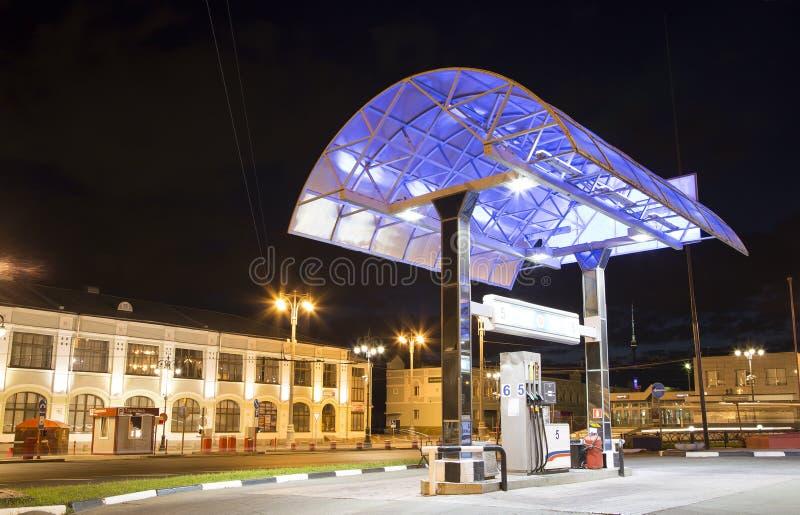 Station service de poste d'essence la nuit, Moscou, Russie, photo stock