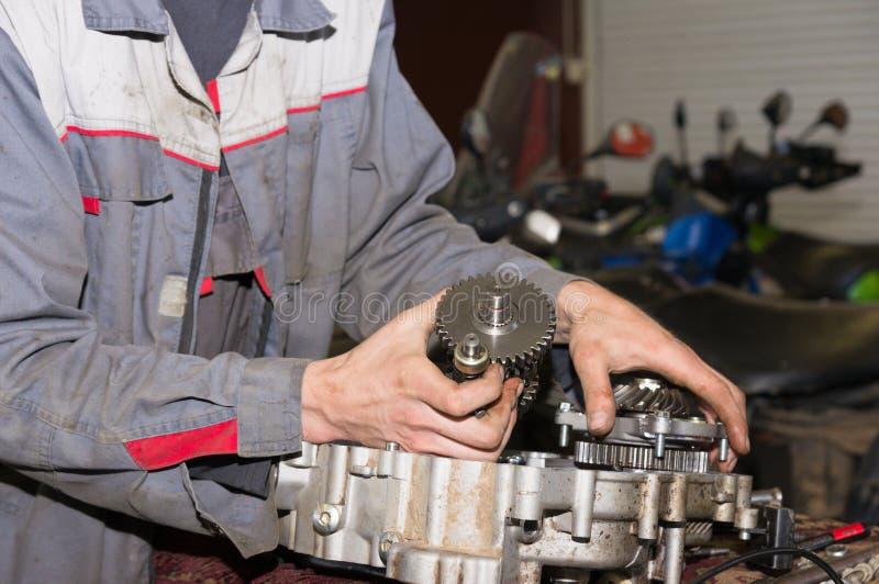 Station service de réparation de moteur images stock