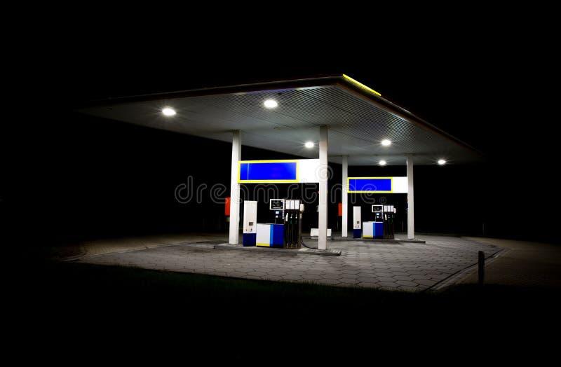 Station service la nuit photo libre de droits