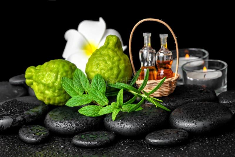Station thermale aromatique d'huile essentielle de bouteilles dans le panier, menthe fraîche, ROS image stock