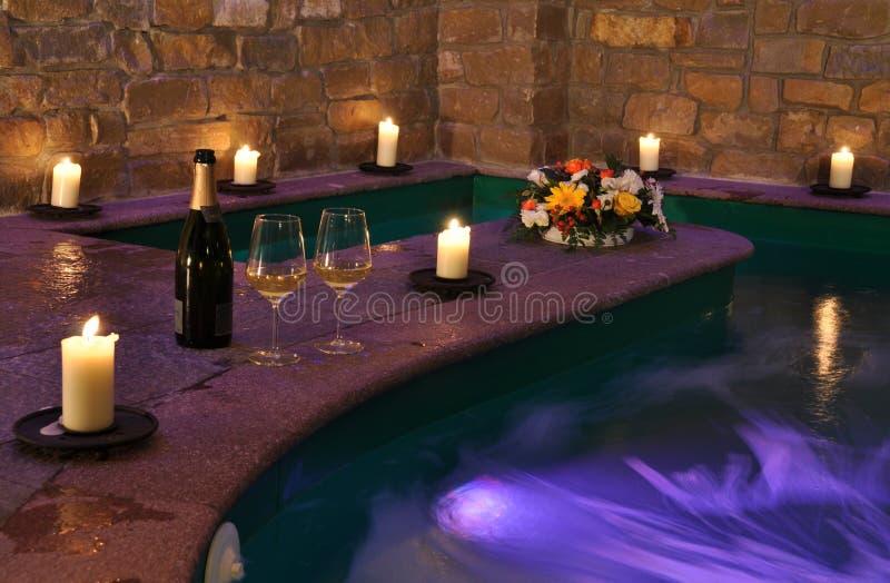 Station thermale avec du vin et des bougies images libres de droits