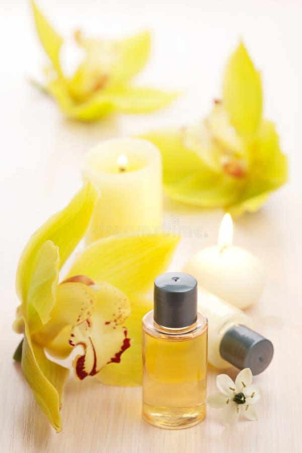 Station thermale avec les huiles essentielles et les fleurs images stock