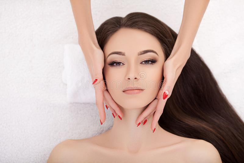 Station thermale Belle jeune femme obtenant un traitement de visage à beauté SA photos stock