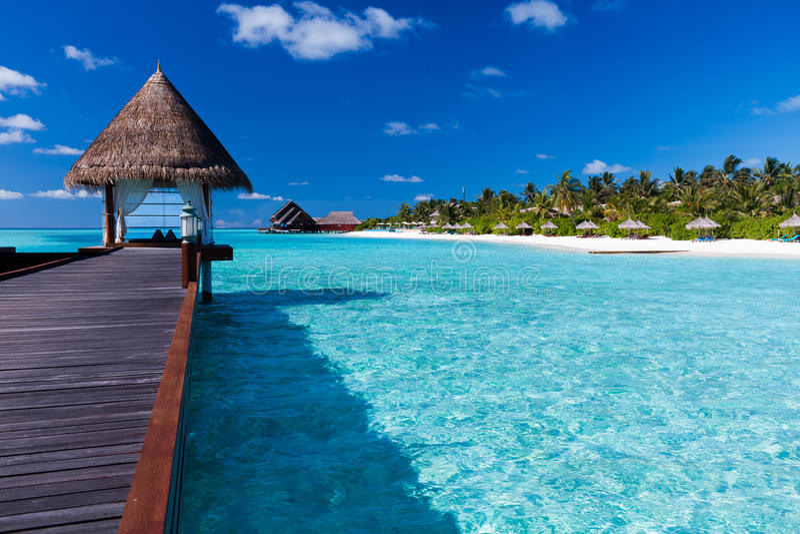 Station thermale d'Overwater dans la lagune autour de l'île tropicale photographie stock libre de droits
