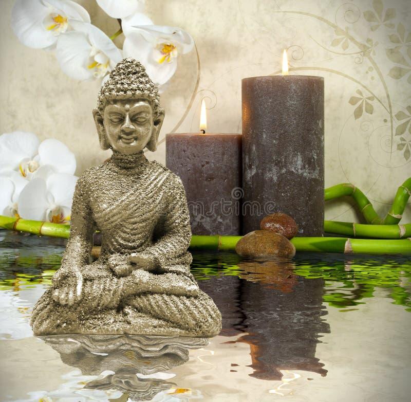 Station thermale de bien-être avec les fleurs, l'eau et les bougies image stock