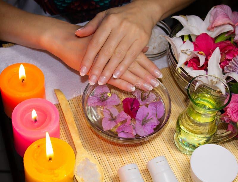 Station thermale de détente pour des mains Les cosmétiques naturels, écrème, huile et frotte image stock