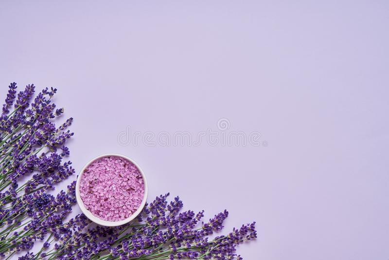 Station thermale de lavande Fleurs de lavande et sel de bain dans la cuvette sur le contexte lilas Copiez l'espace, vue sup?rieur photo stock