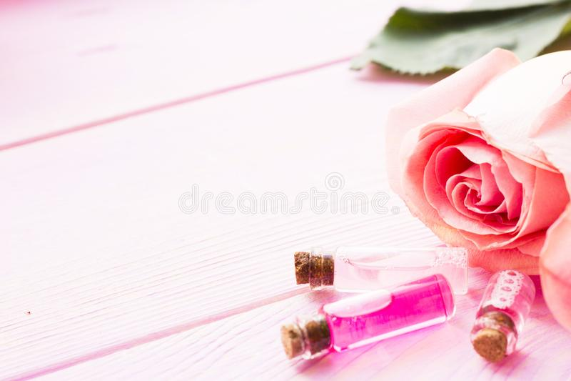 Station thermale et arrangement de bien-être avec la fleur rose, sel de mer, huile dans une bouteille sur le fond blanc en bois image stock