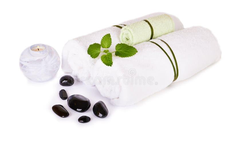Station thermale et arrangement de bien-être avec les pierres, la bougie et les serviettes naturelles image stock