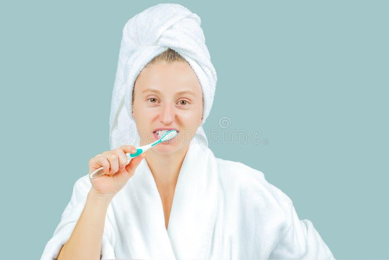 Station thermale et concept de beauté Dents de brossage de belle femme photo libre de droits