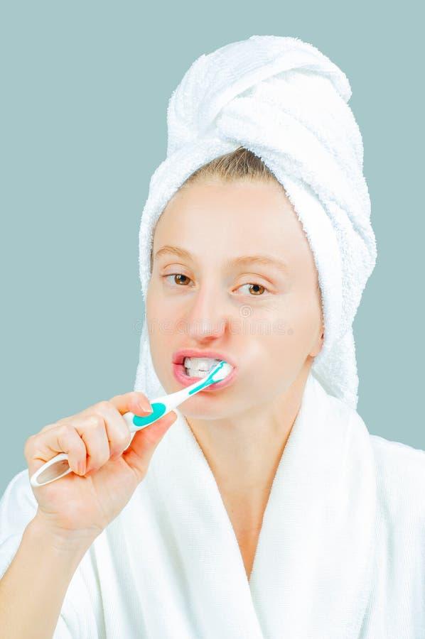 Station thermale et concept de beauté Dents de brossage de belle femme image libre de droits