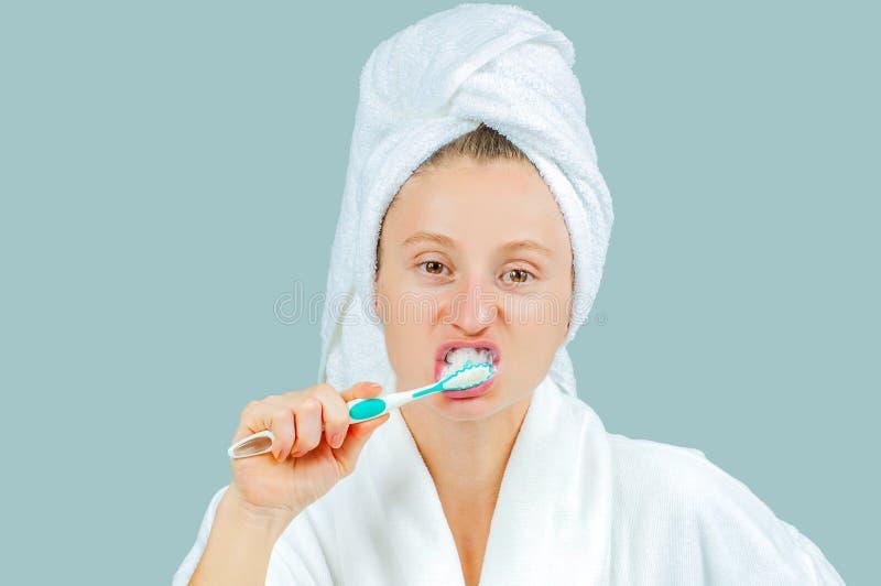 Station thermale et concept de beauté Dents de brossage de belle femme photo stock