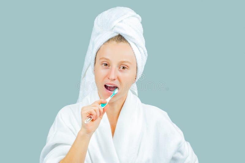 Station thermale et concept de beauté Dents de brossage de belle femme image stock