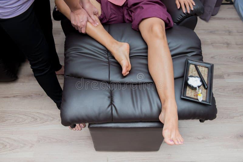 Station thermale et massage thaïlandais de pied photos stock