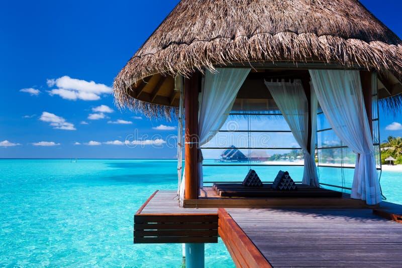 Station thermale et pavillons d'Overwater dans la lagune tropicale images stock