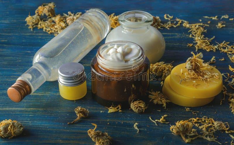 Station thermale faite maison avec les ingrédients naturels du calendula et de la cire d'abeille photo libre de droits