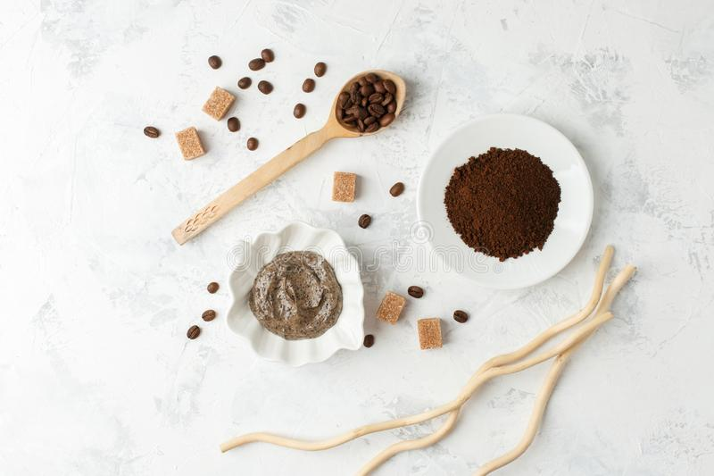 Station thermale - 7 Le sucre organique de caf? frottent sur le copyspace blanc de vue sup?rieure de fond, concept de soin de sci image stock