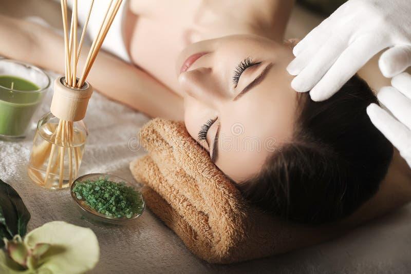 Station thermale Massage de visage Soin de peau et de corps de station thermale Plan rapproché de jeune wom images stock