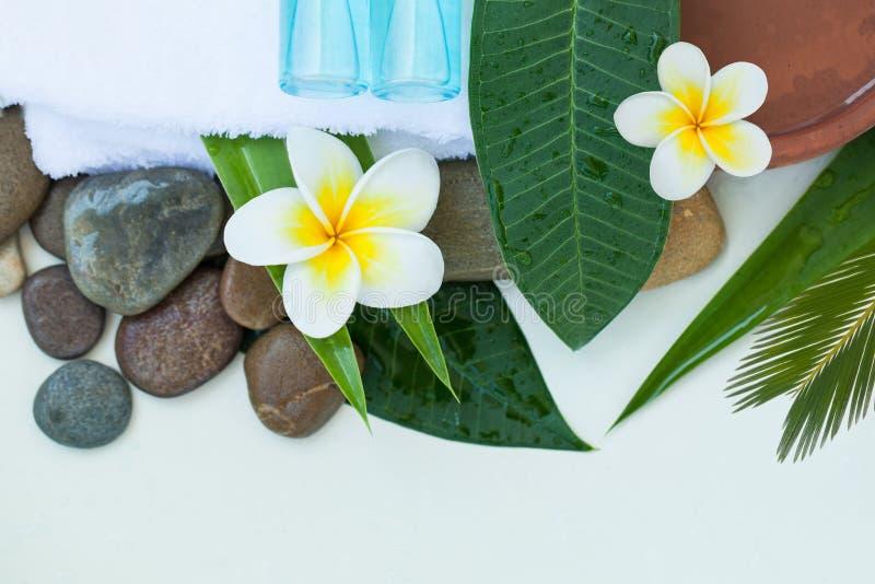 Station thermale ou arrangement de bien-être avec les fleurs tropicales, cuvette de l'eau images stock