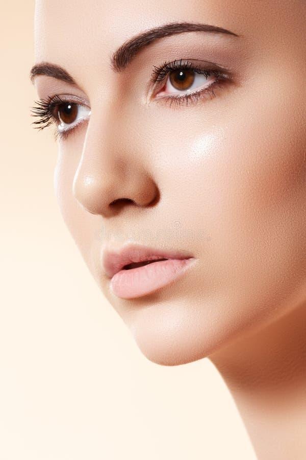 Station thermale, skincare et santé. Modèle avec la peau pure propre photographie stock