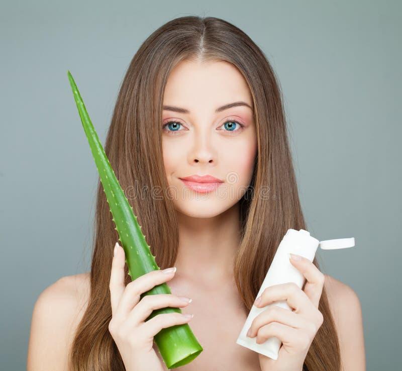 Station thermale Woman modèle avec la peau saine, feuille verte d'aloès, Lo image stock