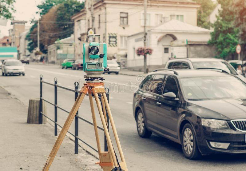 Station totale électronique de dispositif d'arpenteur sur la rue Mesure du soulagement photo libre de droits