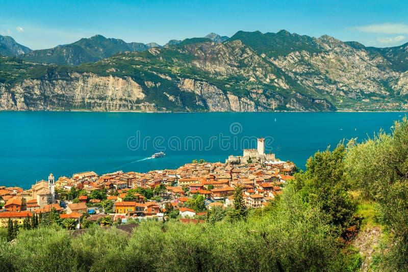 Station touristique célèbre de Malcesine et hautes montagnes, lac garda, Italie photo libre de droits
