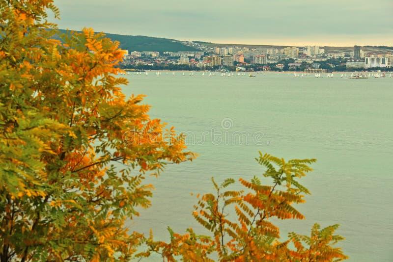 Station touristique de mer de Gelendzhik en automne photographie stock libre de droits