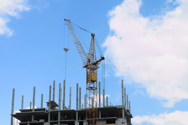 Stationair hijstoestel op bouwwerf, een deel van de bouw stock foto's