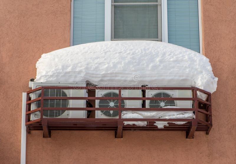 Stationaire airconditioners op de muur van een woningbouw stock afbeelding