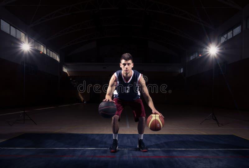 Stationaire Dubbele Dribble van de basketbalspeler royalty-vrije stock afbeelding