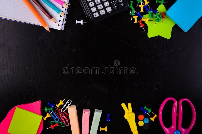 Stationaries铅笔、白垩、别针、剪刀、计算器和等 图库摄影
