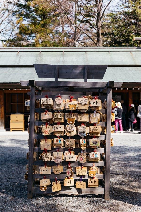 Stationen av Ema är små träplattor, allmänning till Japan, som shinto- och buddistworshippers skriver i böner eller önska arkivbild