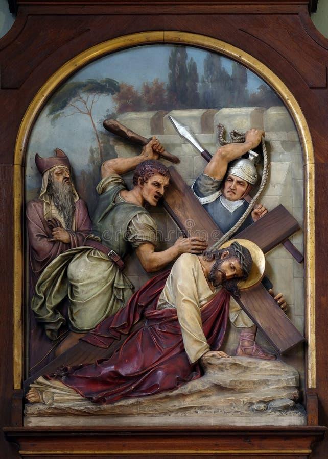7. Stationen des Kreuzes, Jesus fällt das zweite Mal, Basilika des Heiligen Herzens von Jesus in Zagreb stockbild
