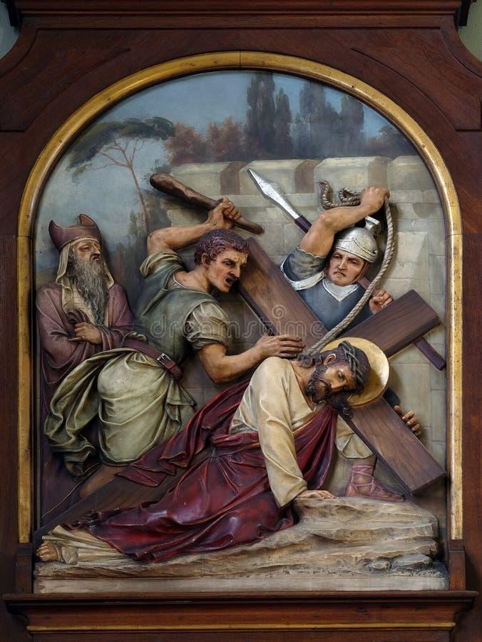 7. Stationen des Kreuzes, Jesus fällt das zweite Mal, Basilika des Heiligen Herzens von Jesus in Zagreb lizenzfreie stockfotos