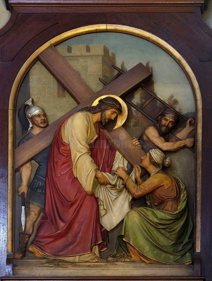 6. Stationen des Kreuzes, Veronica wischt das Gesicht von Jesus ab lizenzfreie stockfotografie