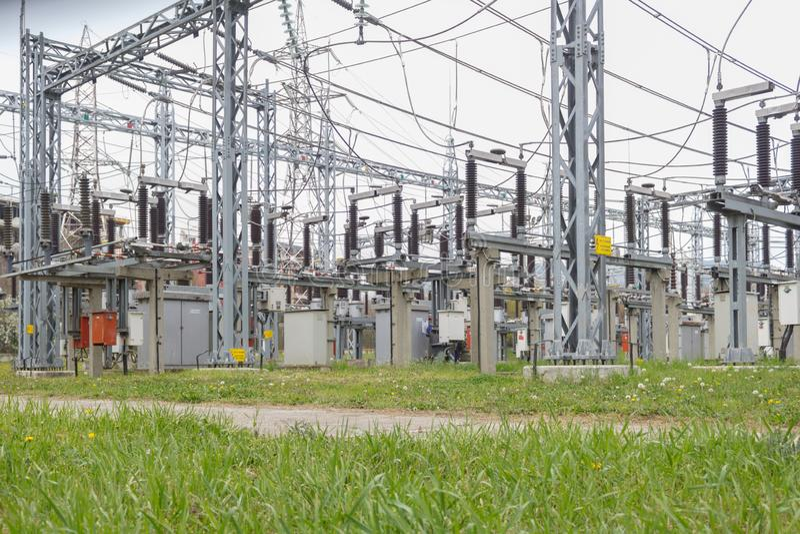 Stationen f?r elektrisk f?rdelning, transformatorer, h?g-sp?nning fodrar, elektricitet arkivbild