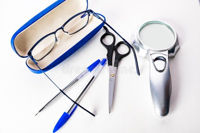 stationery Стекла, ручки, ножницы на белой предпосылке стоковое фото rf