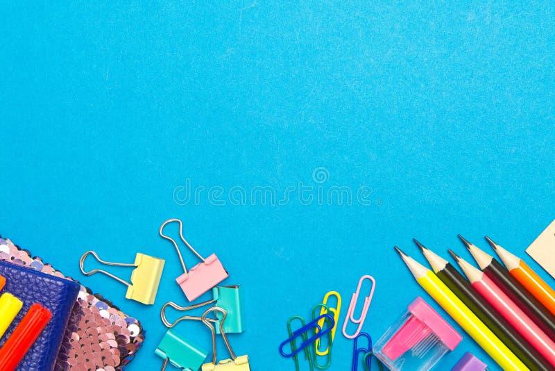 stationery Школа и канцелярские товары на голубой предпосылке Место для рекламы стоковое фото rf