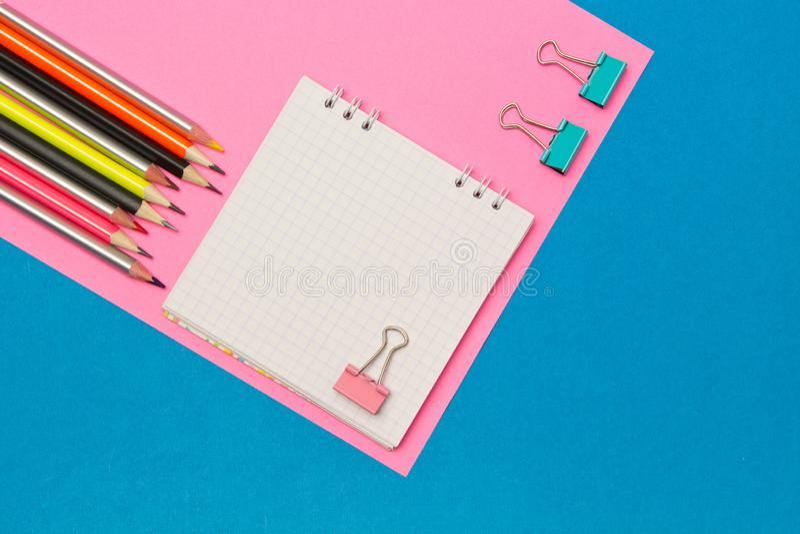 stationery Школа и канцелярские товары на голубой и розовой покрашенной предпосылке r Место для рекламы стоковое изображение rf