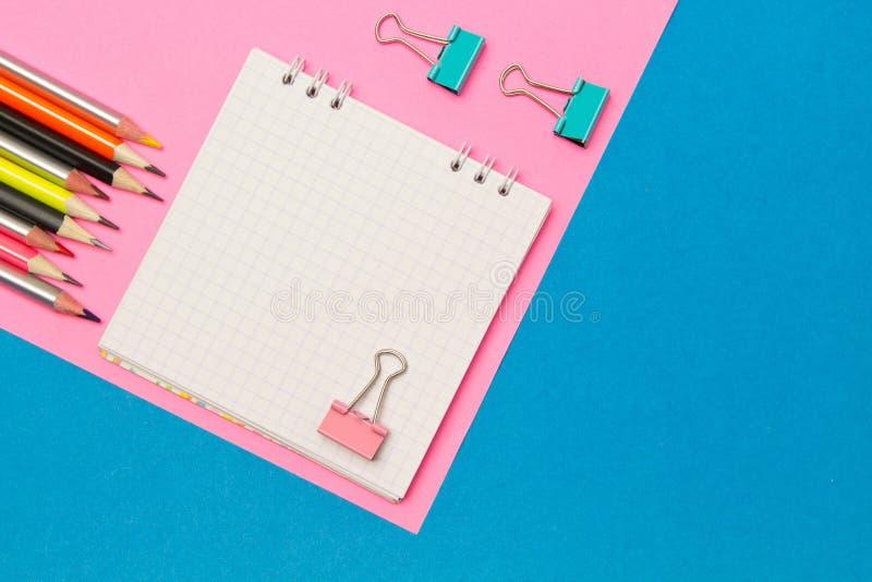 stationery Школа и канцелярские товары на голубой и розовой покрашенной предпосылке r Место для рекламы стоковая фотография rf