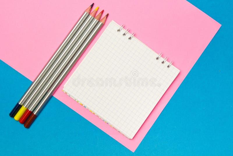 stationery Школа и канцелярские товары на голубой и розовой покрашенной предпосылке r Место для рекламы стоковое фото