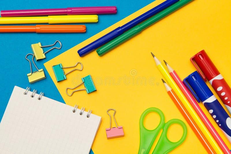 stationery Школа и канцелярские товары на покрашенной предпосылке r стоковые фотографии rf
